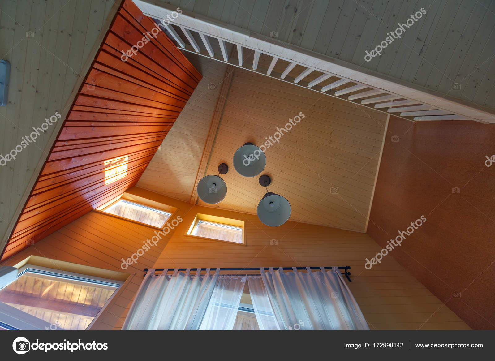 Minimalistische interieur in houten huisje met drie plafondlamp