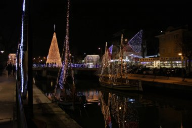 Christmas lights, the city prepares to receive Christmas and lights up with an infinity of small lights