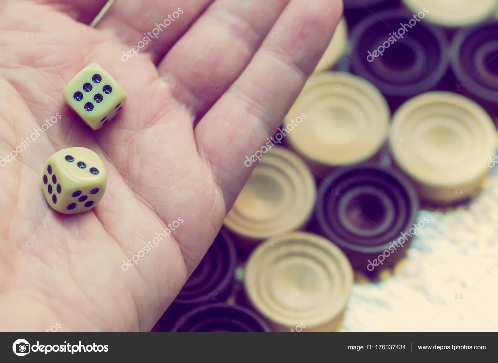Backgammon De Madera Jugar Un Juego De Mesa Foto De Stock