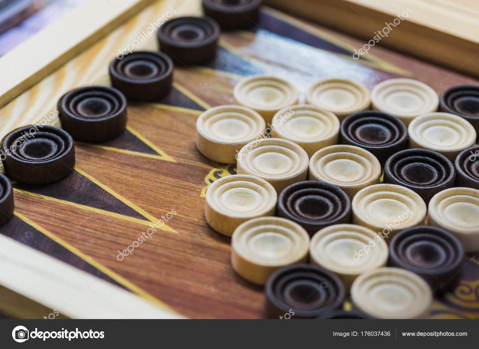 Backgammon De Madera Jugar Un Juego De Mesa Fotos De Stock