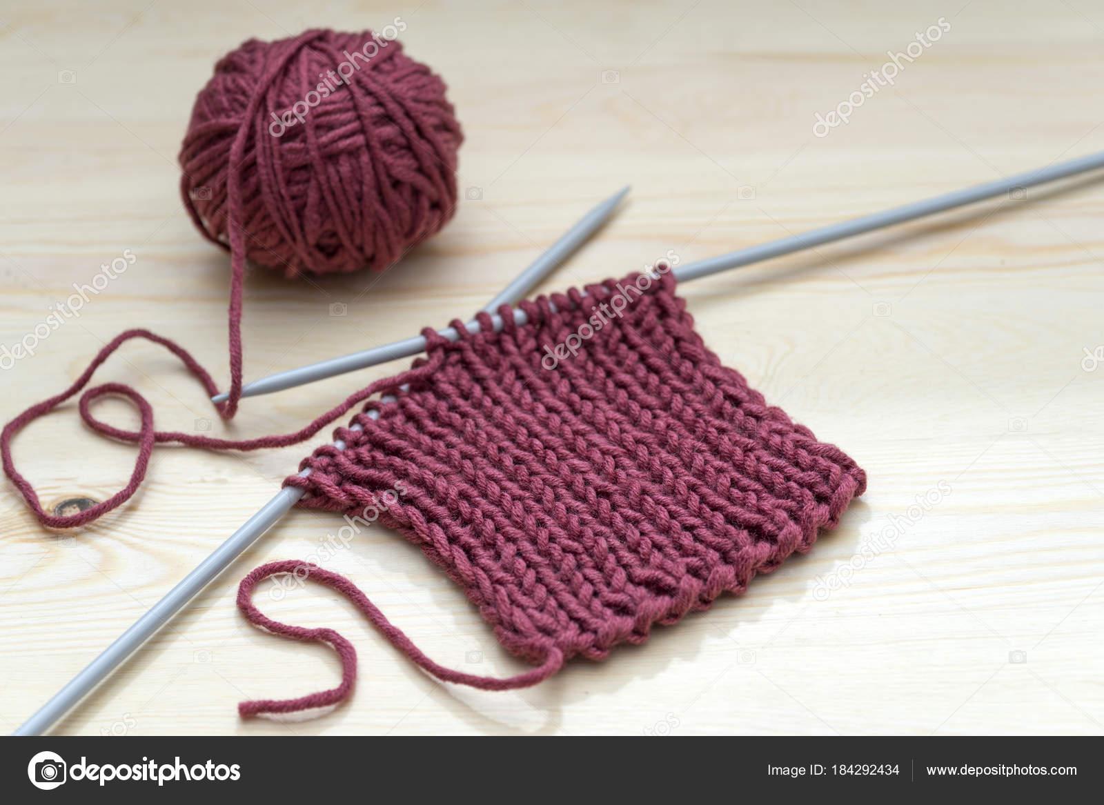 730b2ba923cb Tejido de punto, bolas de lana roja y agujas de tejer — Foto de ...