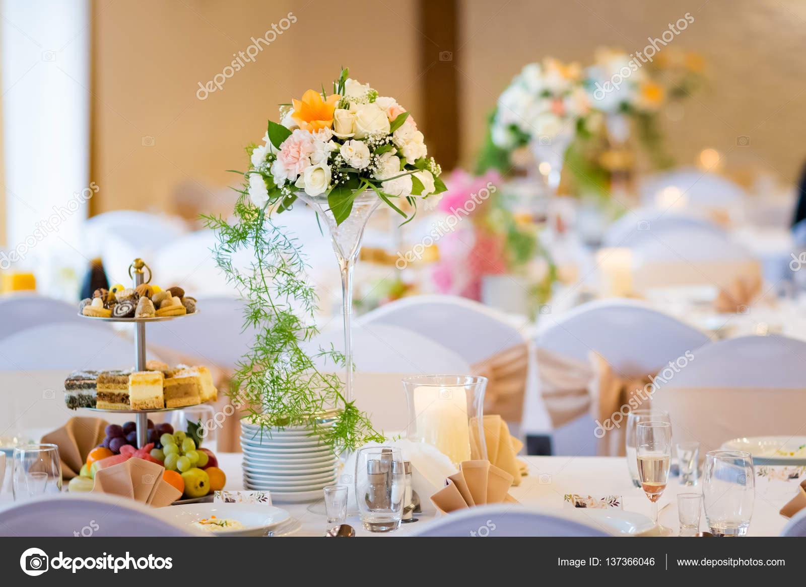 Mooie bruiloft receptie tafeldecoratie stockfoto for Tafeldecoratie bruiloft
