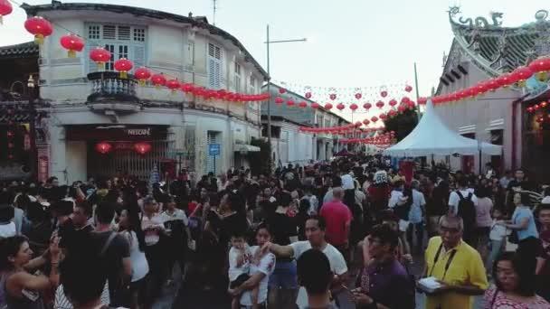 Posouvání střílel dav návštěvu čínský Nový rok oslava na ulici Penang.