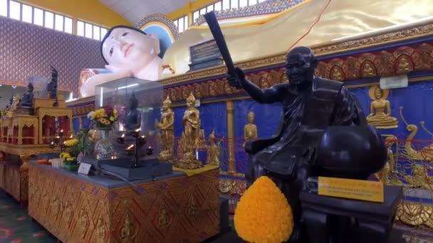 PENANG, MALAYSIA - Április 03, 2018: A fekvő Buddha a szobor belsejében templom.