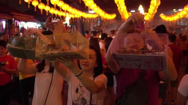 George Town, Penang / Malajzia - Január 24 2020: Imádók elengedése madarak része a kínai újév ünnepe istennő Mercy Temple.