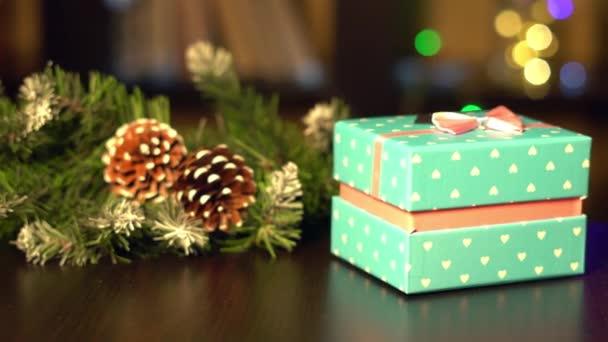 A háttérben a szilveszteri garland újévi ajándékok