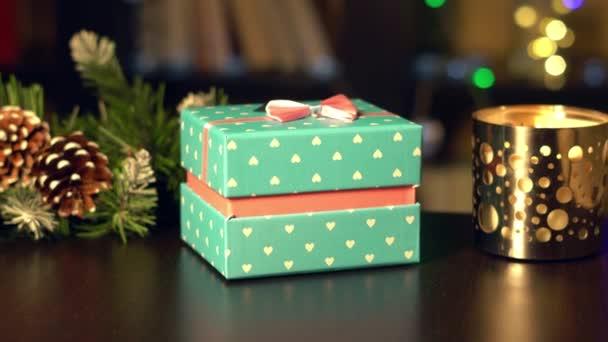 Novoroční dárky na pozadí novoroční věnce