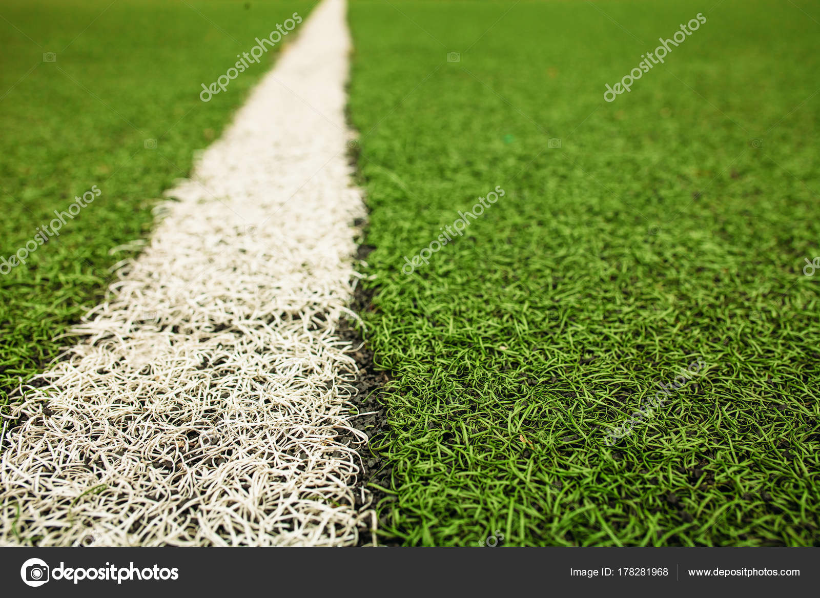 Campo de fútbol de césped artificial verde. La línea blanca en un ...