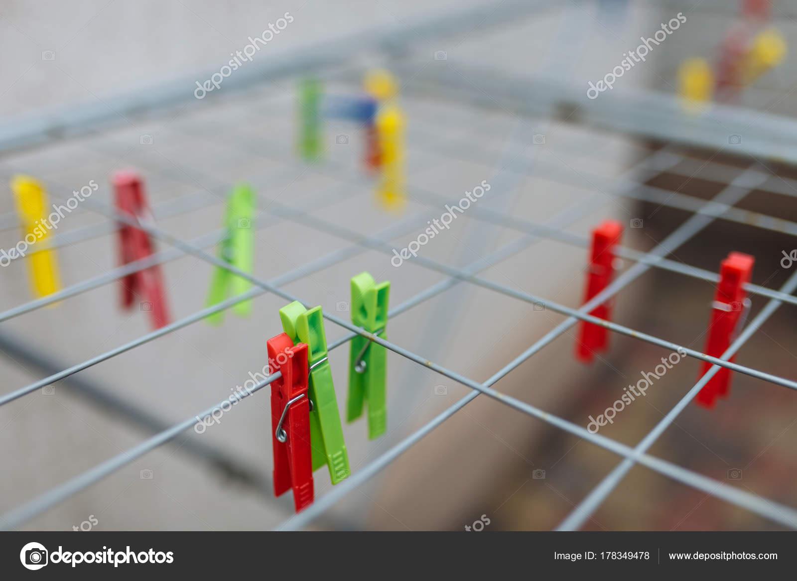 Kunterbunt rot gelb grün und blau wäscheklammern rack