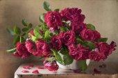 Fotografia Primo piano di fresco bouquet di Rose da giardino sulla tavola di legno in sfondo stile vintage. Concetto di giorno di madre