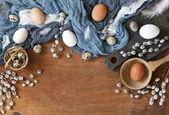 Barna madár tojások, fürj tojás fa háttér kék kendő részlete. Boldog húsvéti ünnep