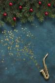Miniatűr arany szaxofon másolat karácsonyi dekorációval és csillogással