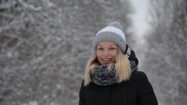 Mladá dívka se chová venku v zimě
