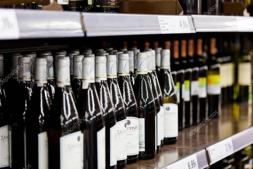 Scaffali A Vite.Scaffali Con Bottiglie Con La Vite Foto Editoriale Stock