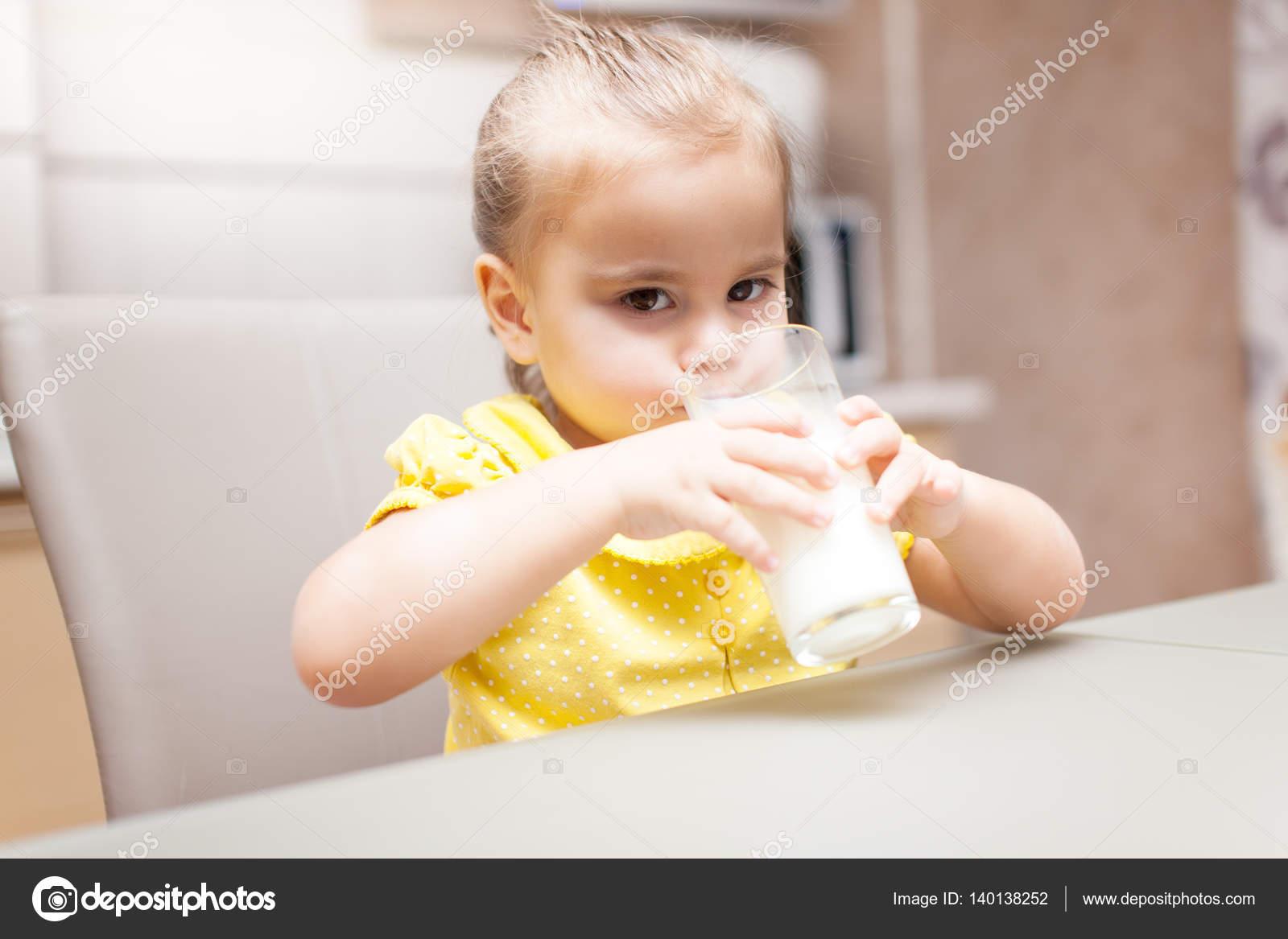 Девушка в молоке на кухне, эротика пожилых женщин с молодым