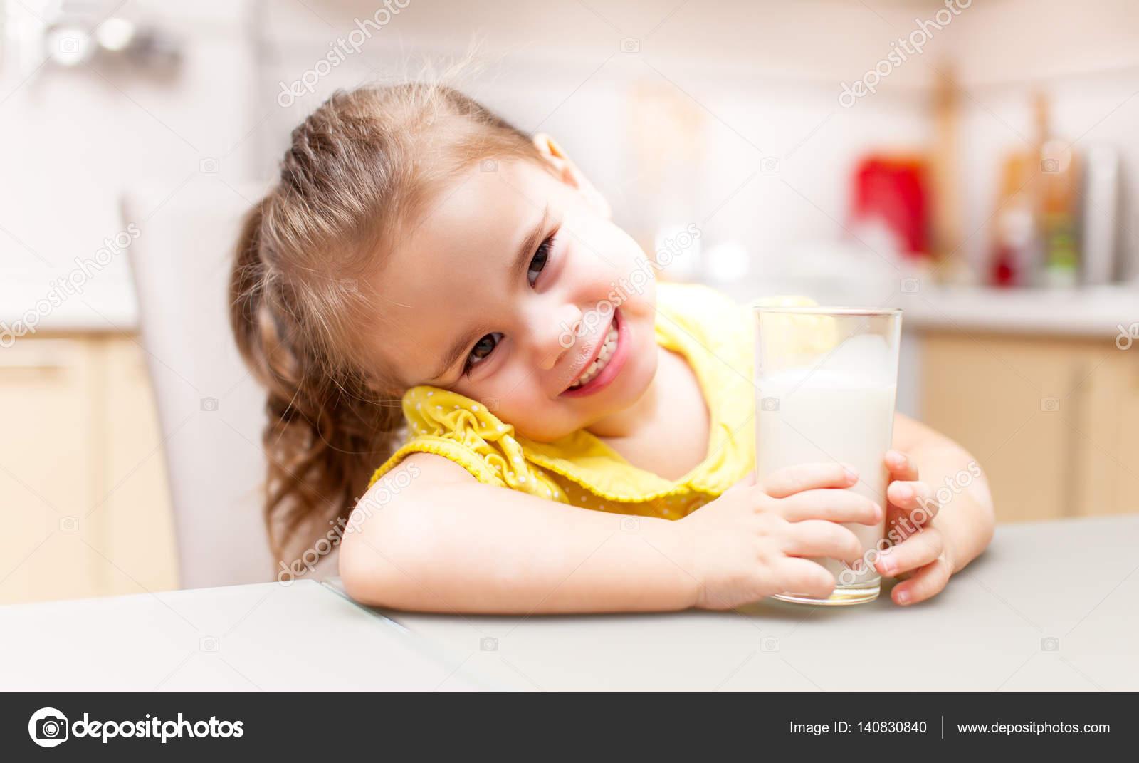 Девушка в молоке на кухне, порно фотоальбомы русских женщин домохозяек в домашних условиях