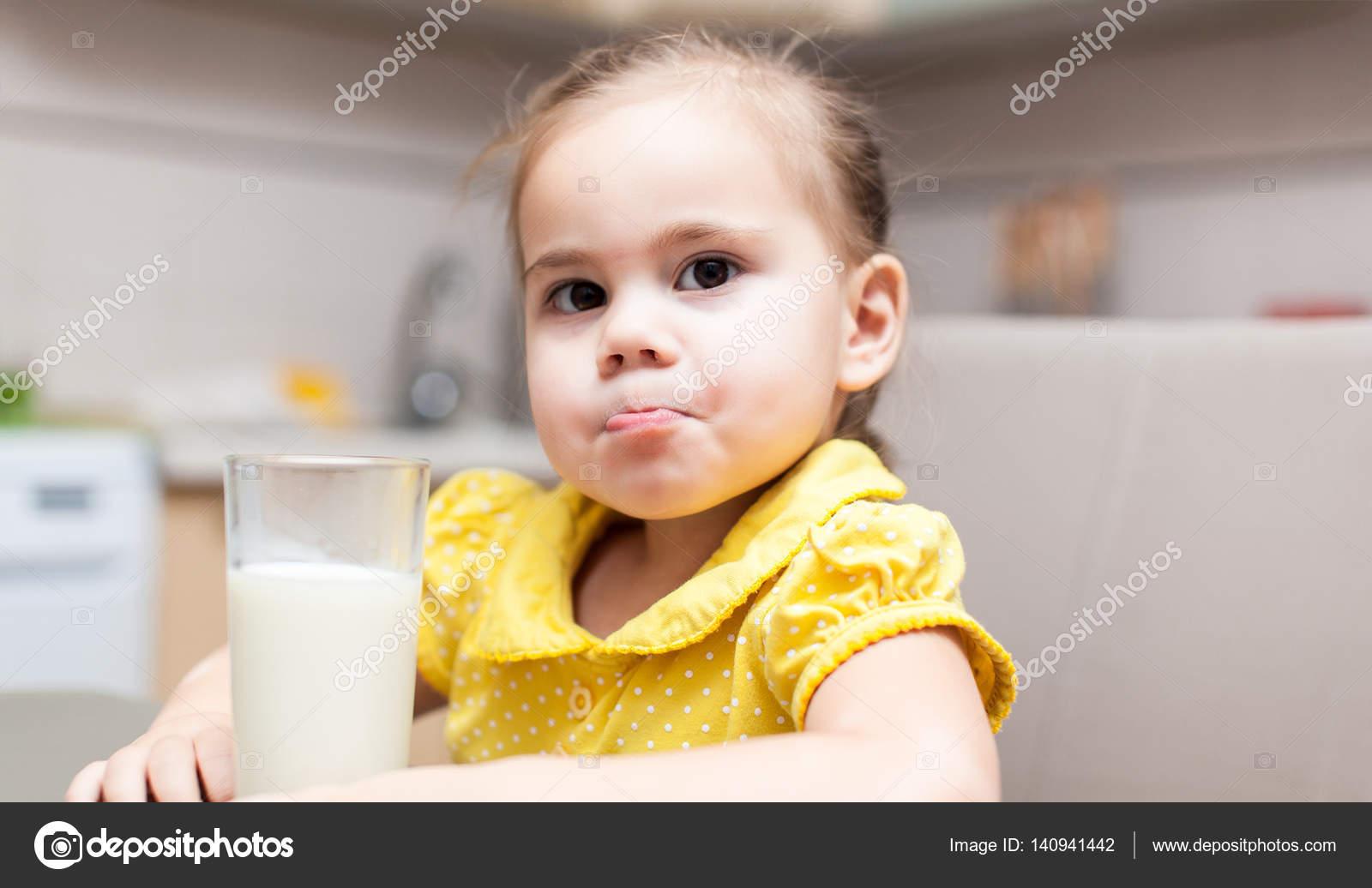 Девушка в молоке на кухне, анал двойной порно фото