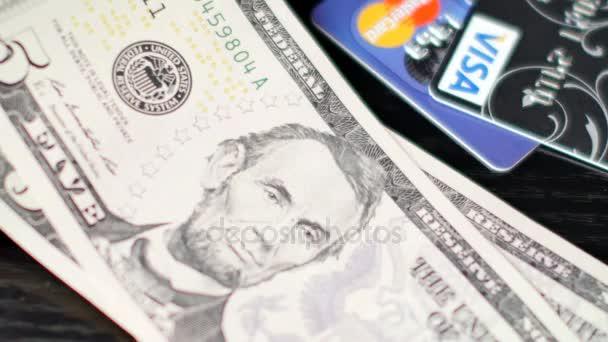 Placení nebo počítání dolarové bankovky. Kreditní karty ležící blízko nich
