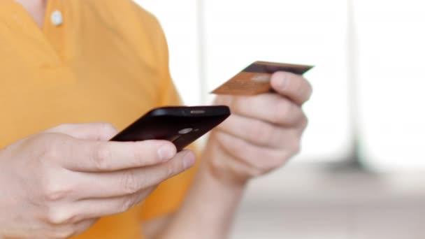 Online-Einkauf mit Smartphone und Kreditkarte. 4k UltraHD-Video