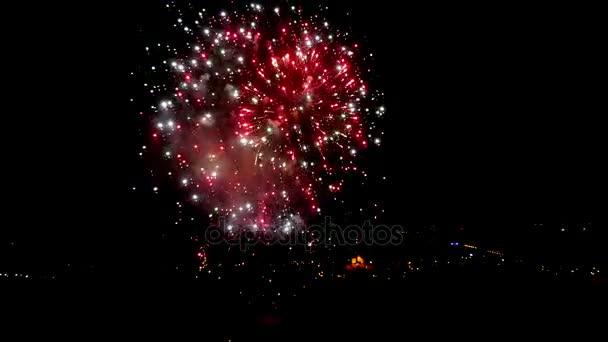 Úžasný ohňostroj nad městem na noční obloze se zvukem. UltraHD videa