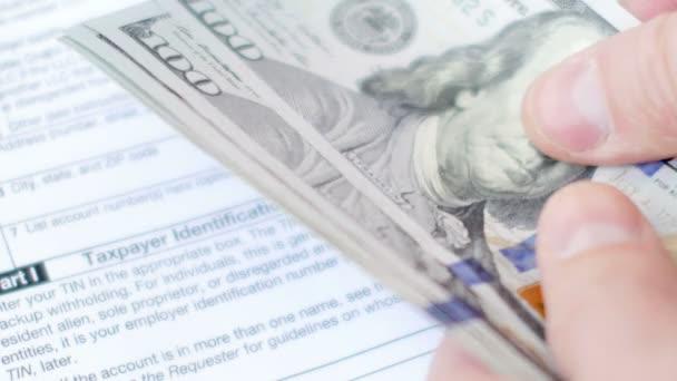 Ruce, počítání bankovek dolarů výše daňových formulářů. 4 k Ultrahd videa