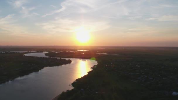 Légi kilátás: Don folyó nyáron naplementekor, gyönyörű táj, természet Oroszország