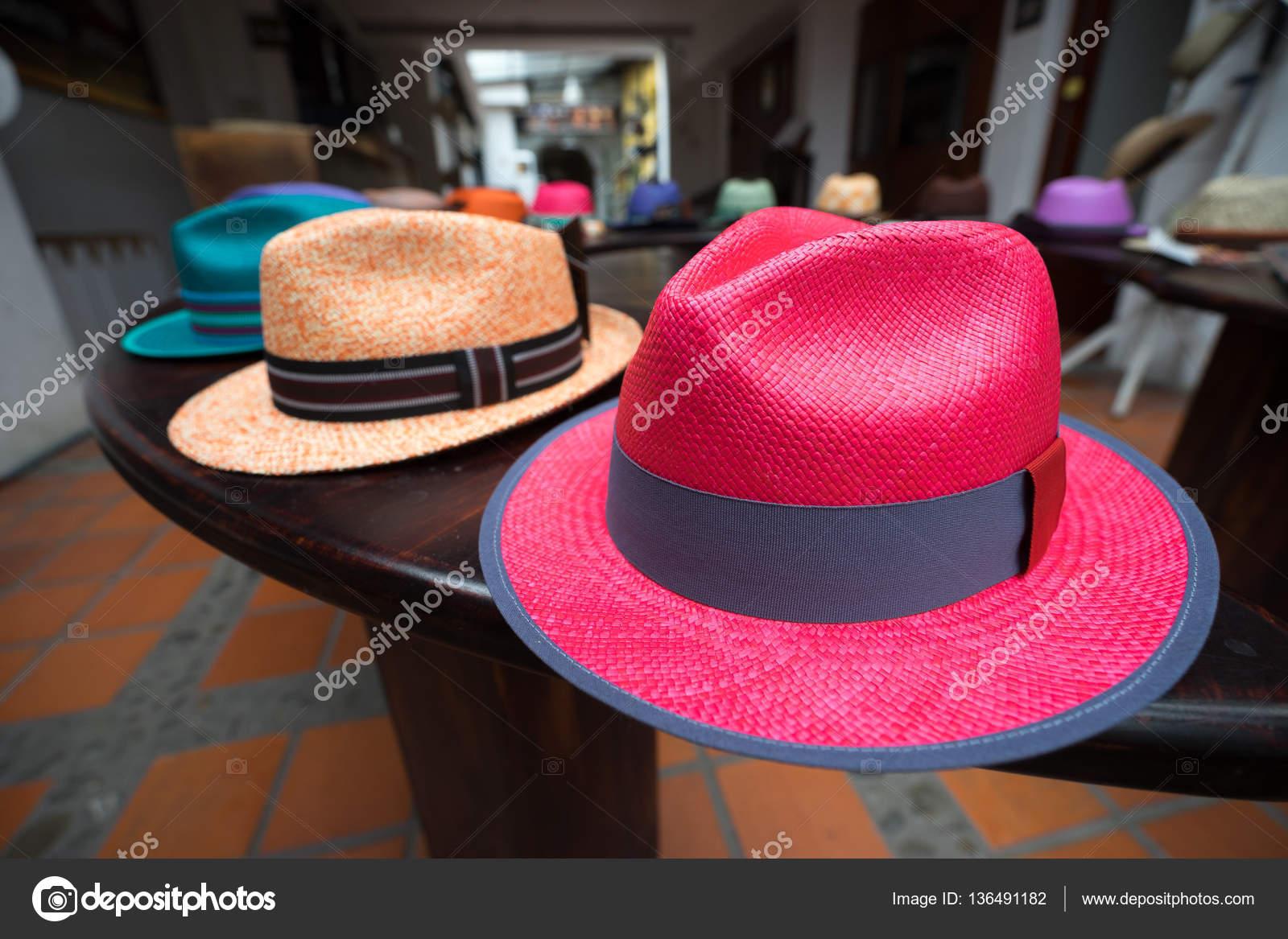 94d7d2d585fcd Colores brillantes detalles de primer plano sombrero Panamá en Cuenca  Ecuador - fotos  sombrero panama — Foto de ...
