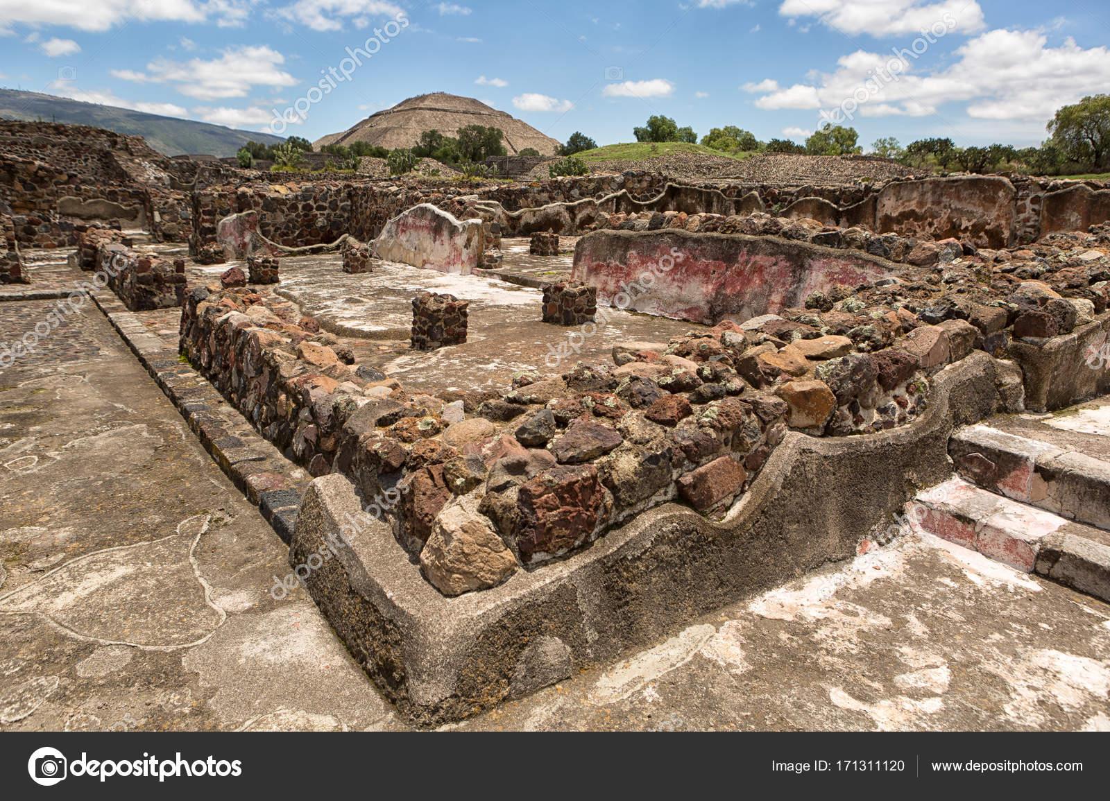 15 de mayo de 2014 teotihuacan méxico antiguas construcciones de ruina azteca con la pirámide del sol en el fondo en el sitio arqueológico de teotihucán