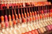 Detailní barevný make-up atributů na regálech v obchodě