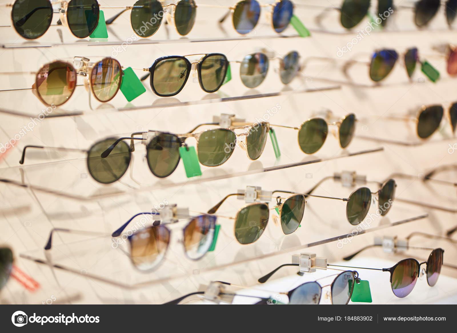 f4356eba9086a Coleção Óculos Sol Moderno Nas Prateleiras Loja — Fotografia de Stock