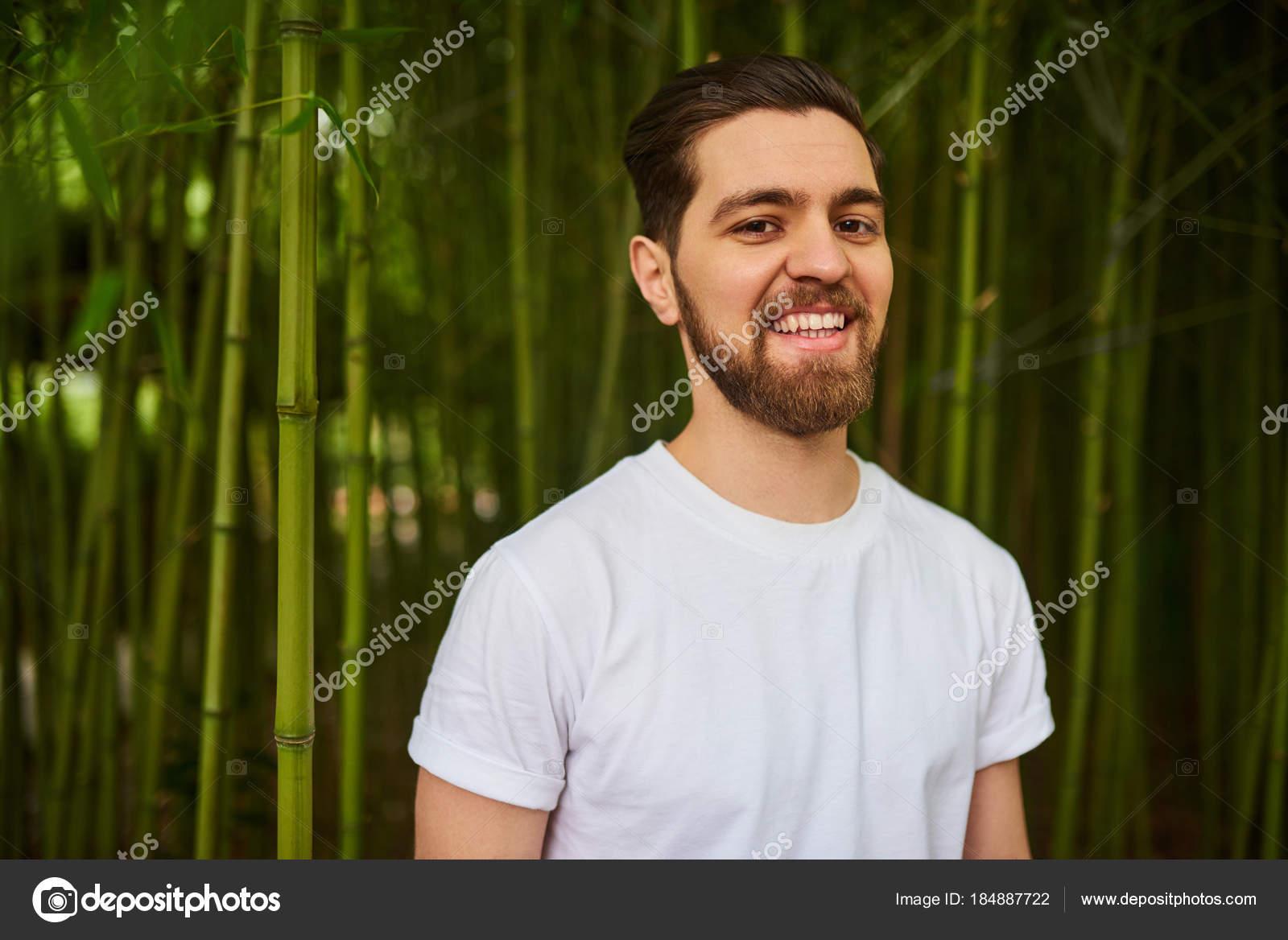 Retrato Sonriente Guapo Barba Hombre Jardín Verde — Foto de stock ... 39b91da68b6