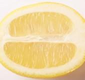 Fotografie Čerstvé žluté citrónové řezy izolovaných na bílém pozadí