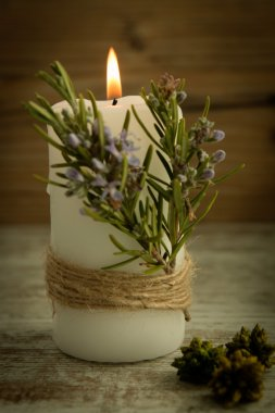 Candle decoration with natural elements.