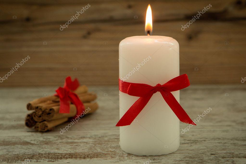 elegantes velas decoradas para navidad u foto de stock