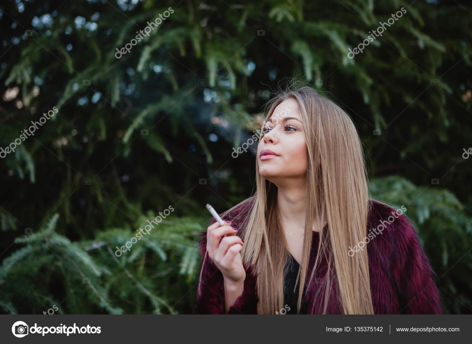 pěkná dívka kouření