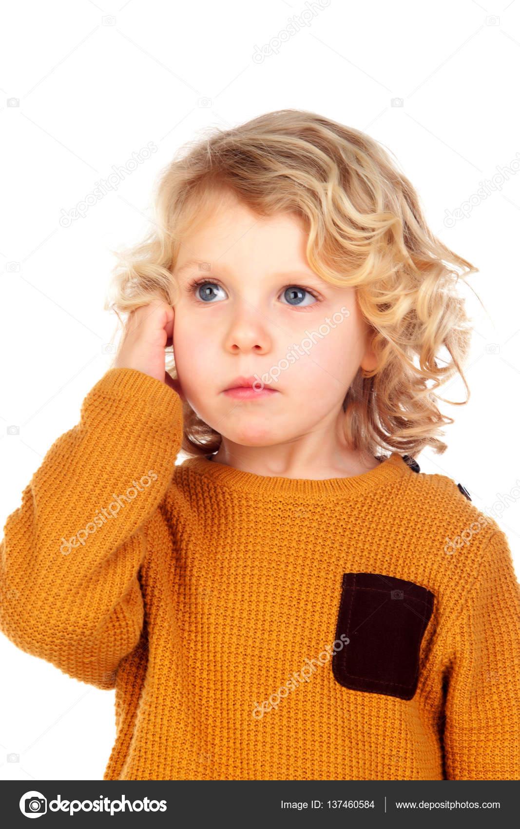 d5862373fe4917 Блондинка хлопчик з жовтій майці ізольовані на білому тлі — Фото від Gelpi|  ...