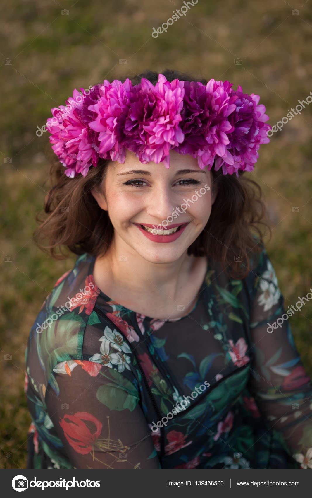 2458f5c5757127 Красива дівчина пишні з квітковий вінок — Стокове фото — великий ...