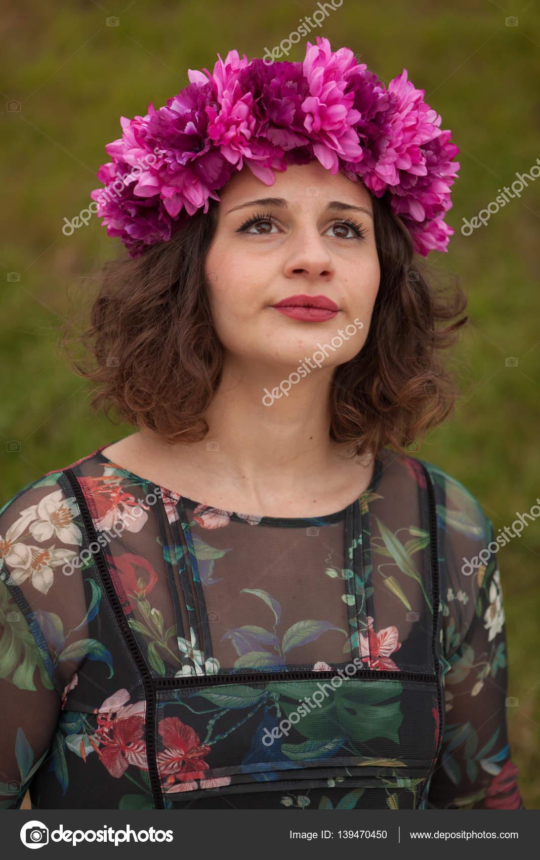 0ed49b51b309be Красива дівчина пишні з квітковий вінок — Стокове фото — Красивий ...