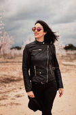 Photo woman with leather jacket