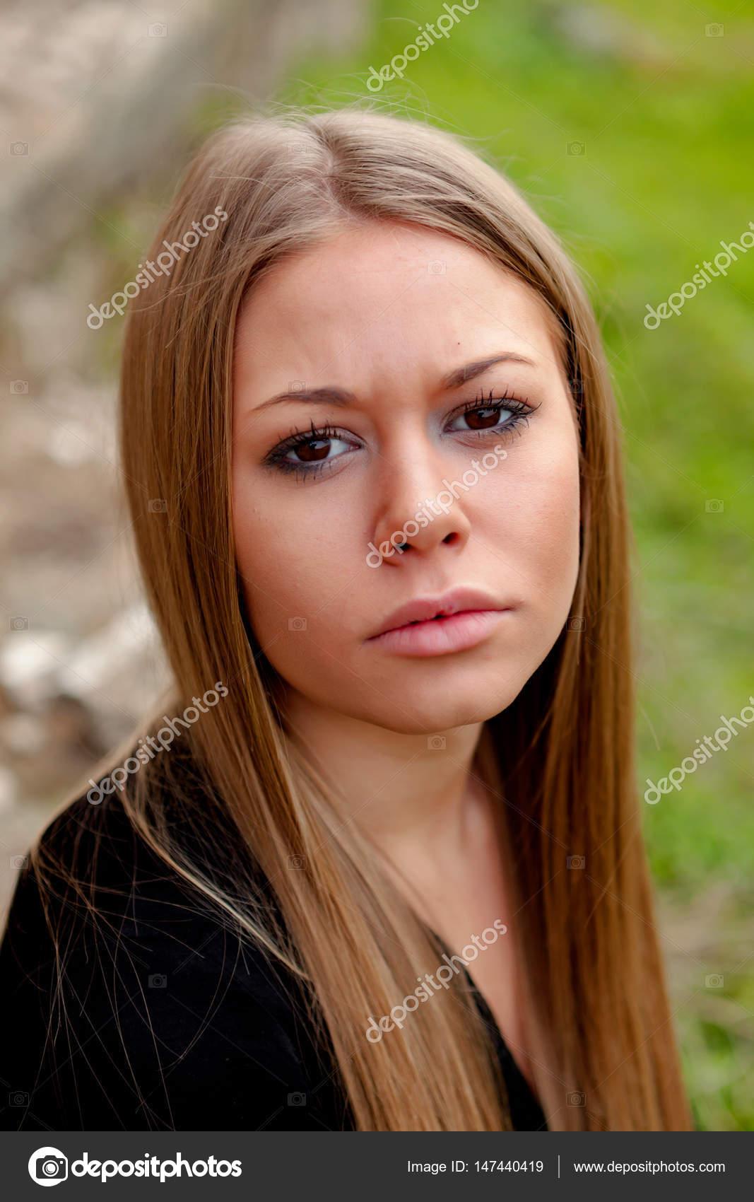 Ragazza bionda con i capelli lunghi