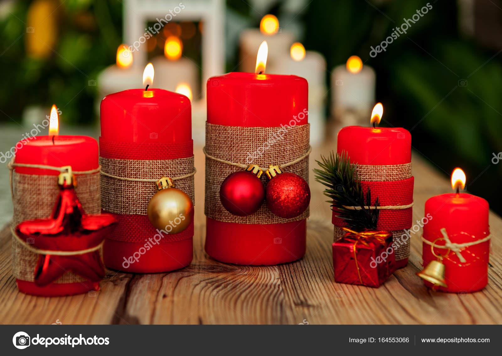 Adornos navidenos con velas rojas