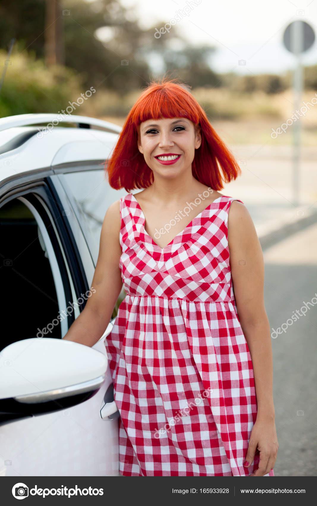 Femme Blanche Près Gelpi Rouge — Photographie Voiture De Aux Cheveux rYPwqrS