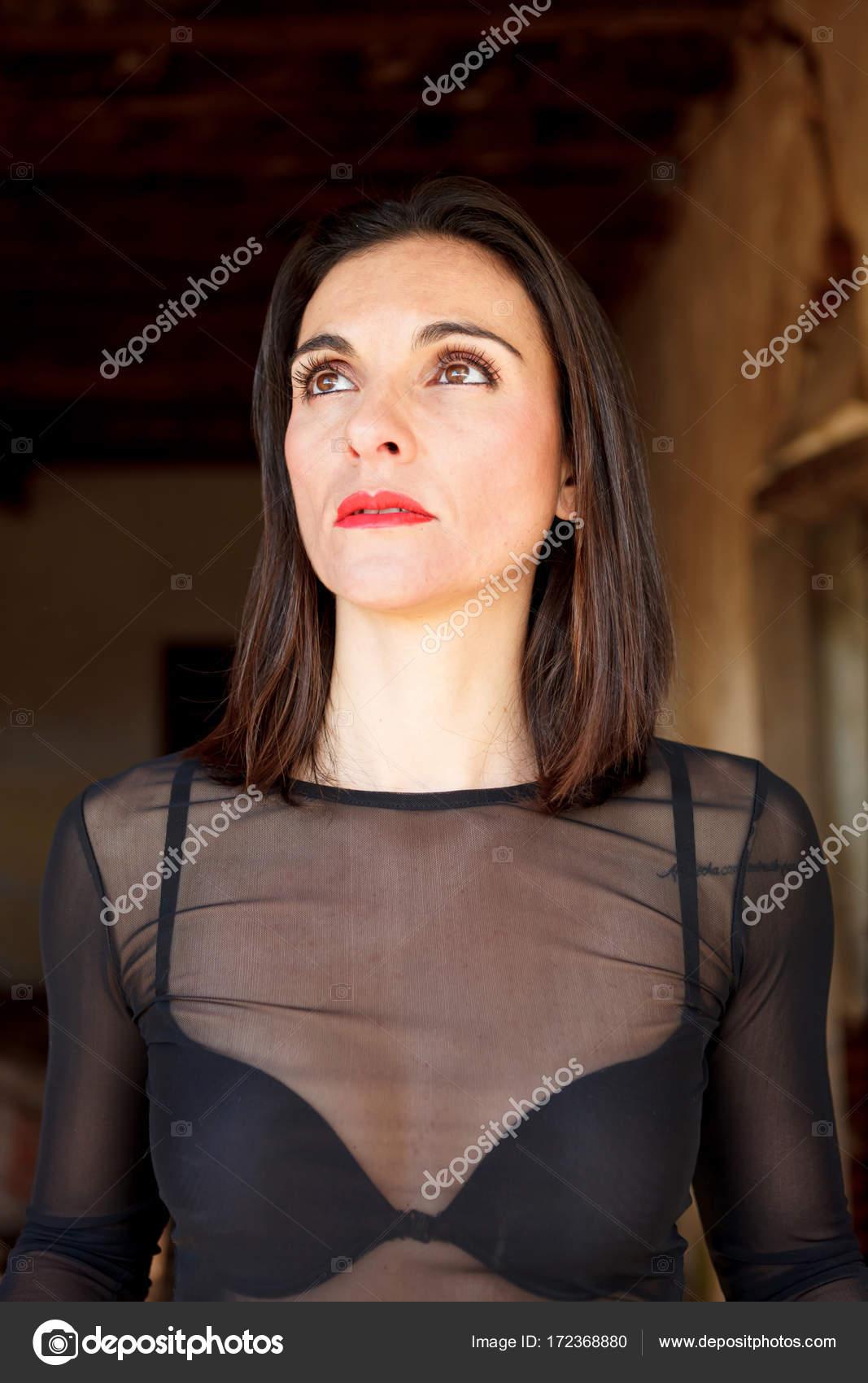 Brunette Reife Frau Mit Roten Lippen Und Dunkle Transparente