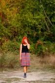 atraktivní mladá žena, procházky v lese v létě