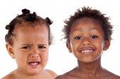 Fotografie kleine afrikanische Mädchen weinen, mit verschiedenen Emotionen, die isoliert auf weißem Hintergrund