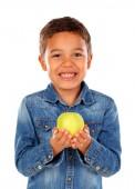 roztomilý šťastný africké chlapeček v džínové košile drží jablko izolovaných na bílém pozadí