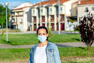 Brunette woman wearing a mask to protect the health