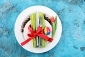 Ünnepi asztal beállításának húsvéti villát, kést és tulipán.