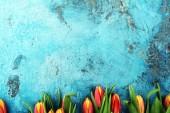 Ünnepi háttér beállítás húsvéti tojás és tulipán.