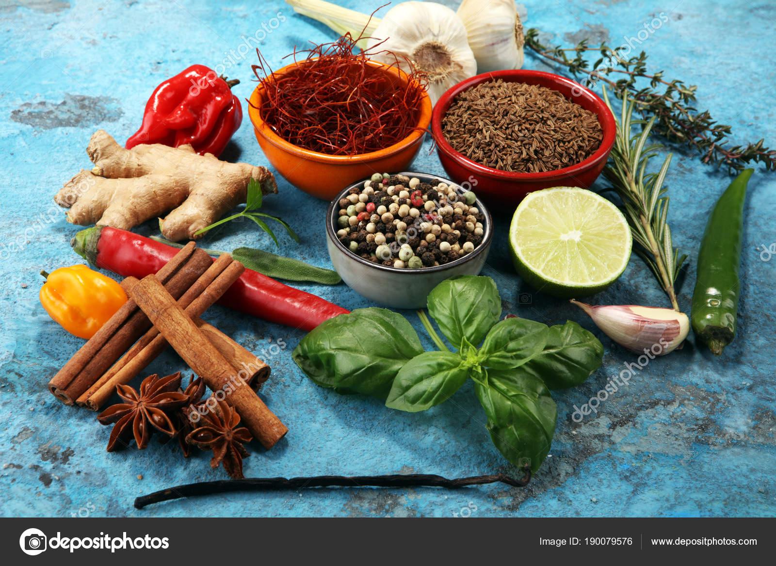 Gewürze und Kräuter auf Tisch. Essen und Küche Zutaten — Stockfoto ...